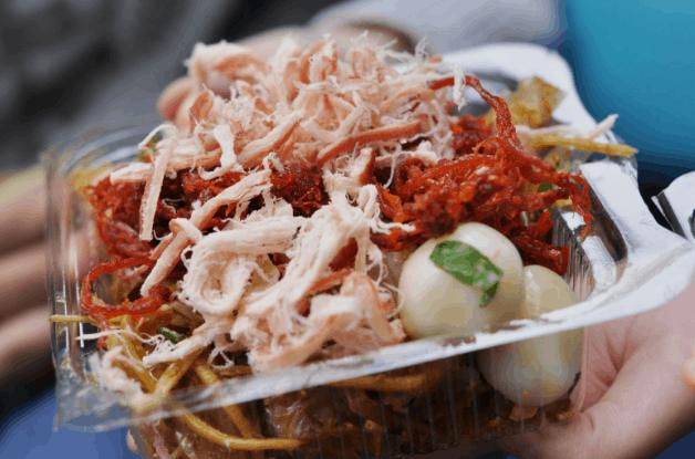 Bánh tráng trộn là món ngon được nhiều người Sài Gòn yêu thích (Ảnh ST)