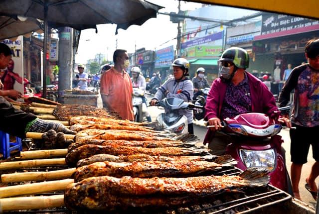 Cá lóc nướng đắt hàng ngày vía thần tài ở Sài Gòn (Ảnh: ST)