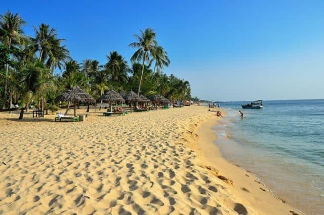 Sóng trên biển Mũi Nai nhè nhẹ vỗ về hòa quyện với những bãi cát trắng trải dài (Ảnh sưu tầm)