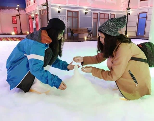 Cùng nhau nặn người tuyết tại nhà tuyết quận 2 nhé!