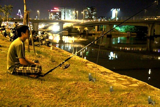 Câu cá đêm cạnh cầu Thủ Thiêm (Ảnh: ST)