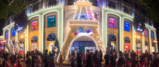Saigon people welcome Christmas at Diamond Plaza