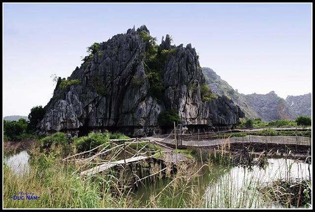 Núi đá dựng (Ảnh: Sưu tầm)
