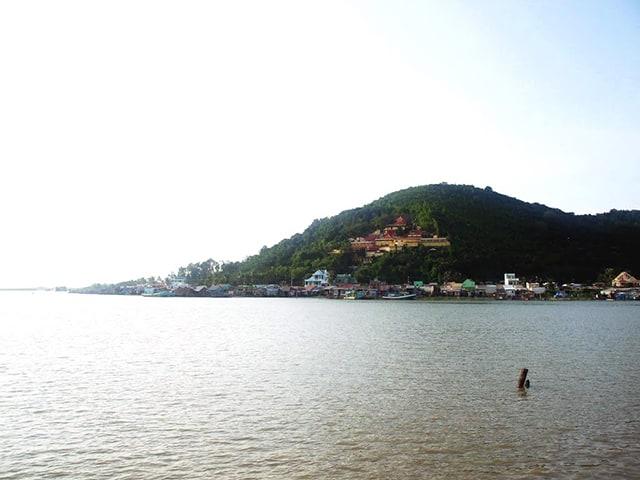 Núi Tô Châu xinh đẹp bên vũng Đông Hồ (Ảnh: Sưu tầm)