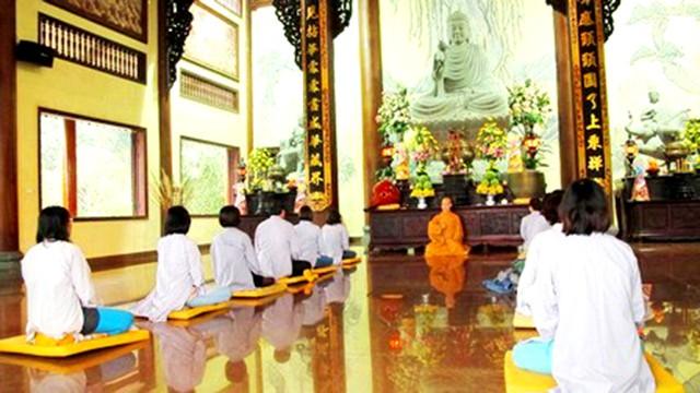 Thiền viện Trúc Lâm Bạch Mã - Chư tôn, phật tử ngồi thiền trước đại điện
