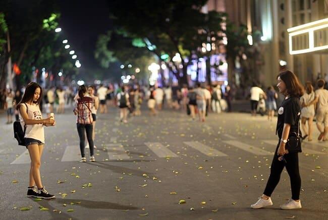 Đá cầu ở phố đi bộ Hà Nội