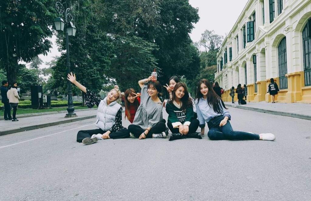 Chụp những bức hình ở phố đi bộ Hà Nội