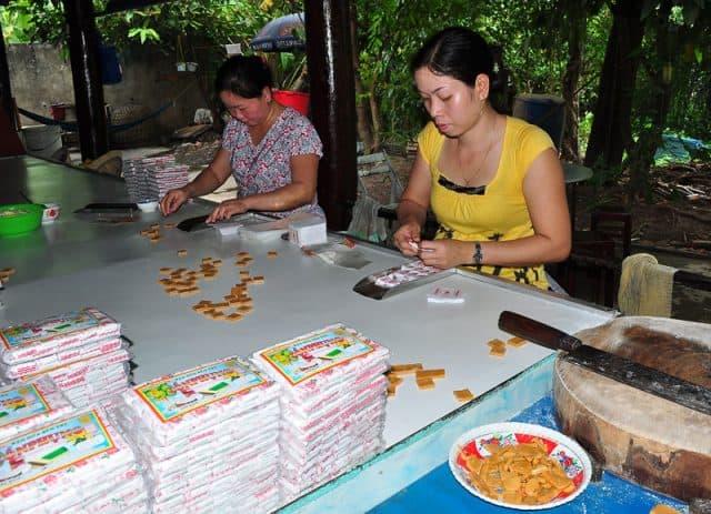 Một công đoạn trong sản xuất kẹo dừa