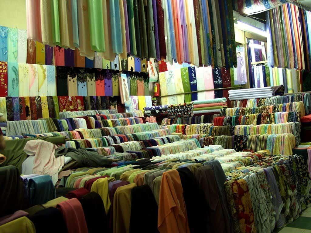 Chợ Đông Ba - Sạp bán vải với nhiều lựa chọn đa dạng cho áo dài Huế