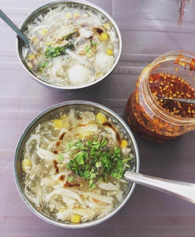 Bát súp cua rất đa dạng bao gồm thịt cua, thịt gà xé nhỏ, trứng cút, nấm
