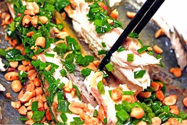 Từng miếng món cá lóc nướng trui trắng thơm ngon (Ảnh: ST)