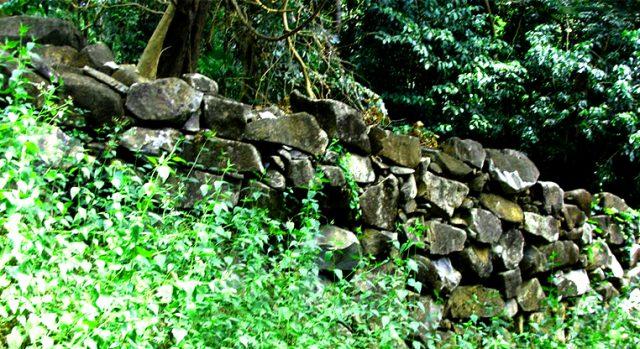 Tường bao bằng đá (Ảnh: ST)