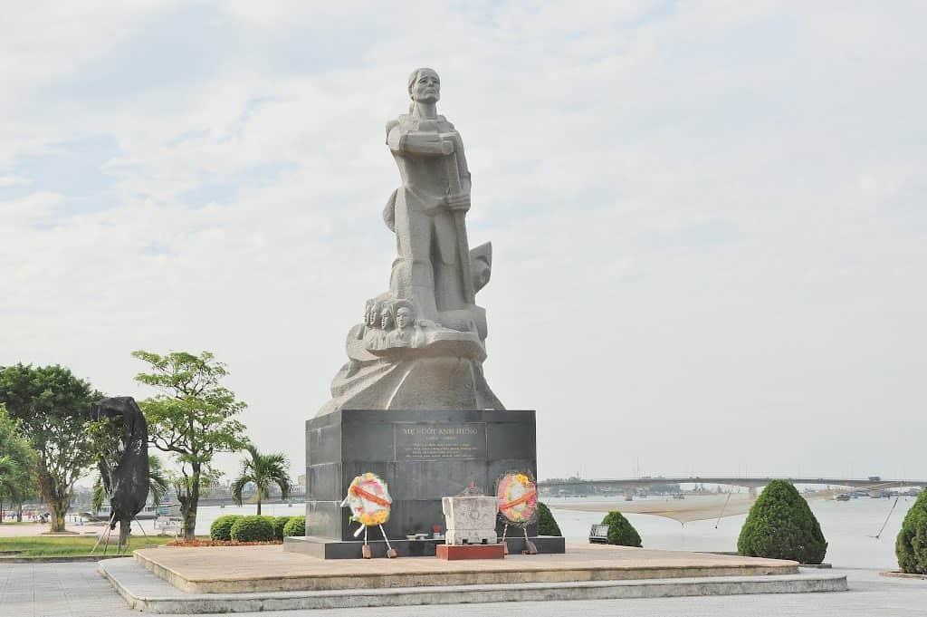 Du lịch Đồng Hới: Thăm tượng đài mẹ Suốt