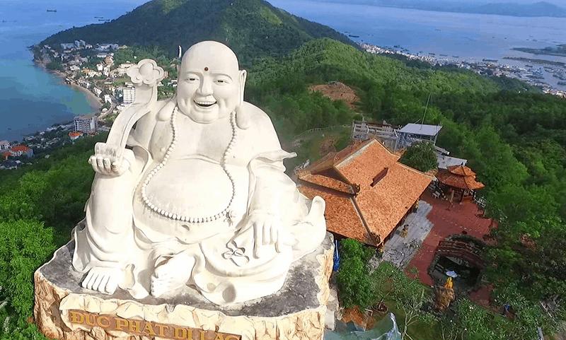 Tượng Phật Di Lạc ở Hồ Mây (Ảnh: Sưu tầm)