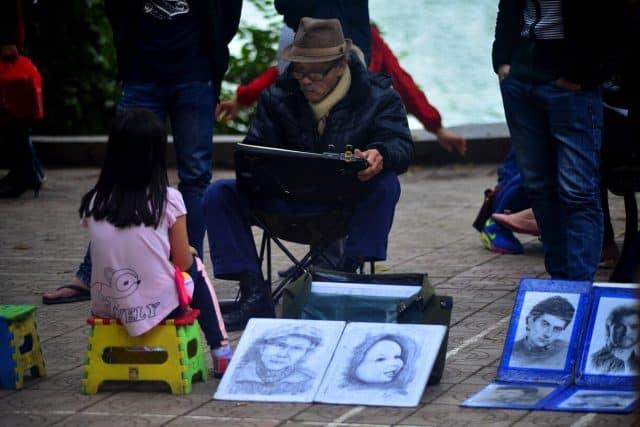 Vẽ chân dung bên Hồ Gươm