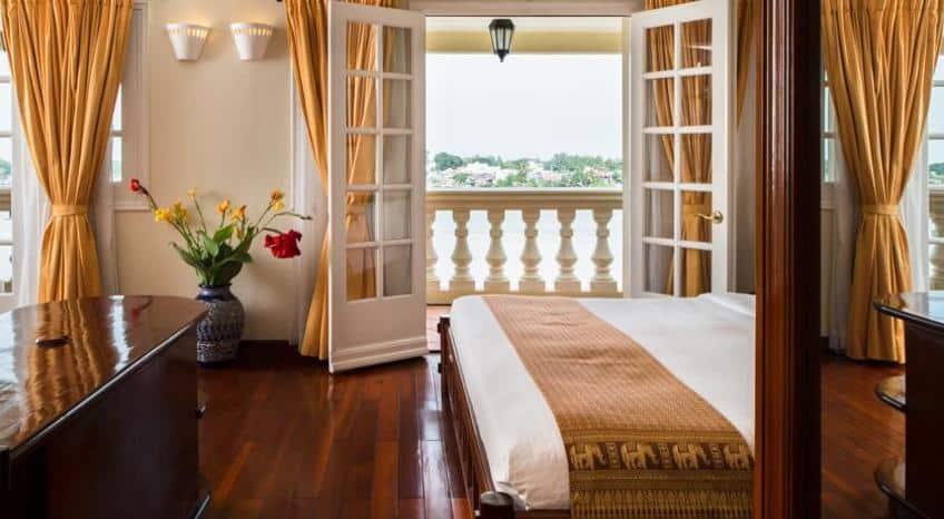 Phòng rộng rãi, thoáng mát với ban công nhìn ra sông Hậu (Ảnh: Vntrip.vn)