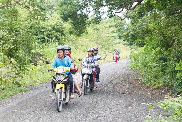 Bạn có thể thuê xe máy và bắt đầu hành trình khám phá đảo Nam Du (Ảnh: Sưu tầm)