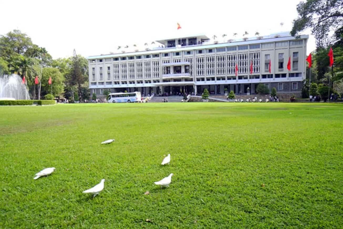 Thảm cỏ trước Dinh