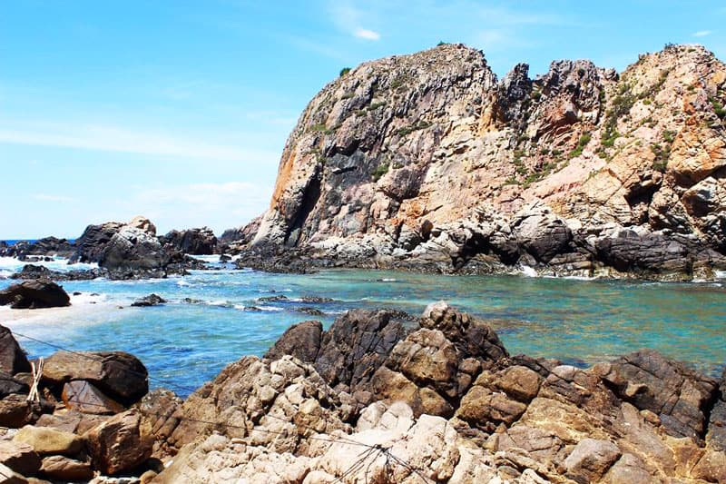 Hòn Sẹo với bờ biển cùng những tảng đá lớn nhỏ khác nhau (Ảnh sưu tầm)