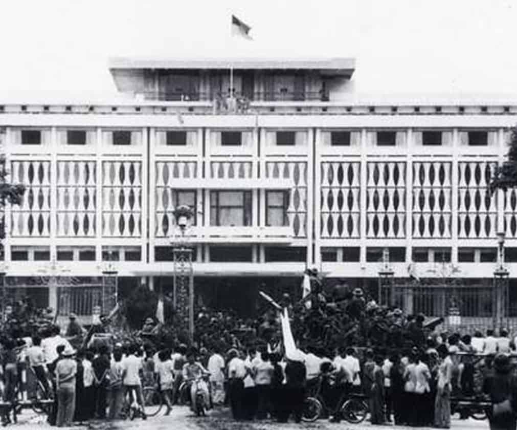 Lá cờ Việt Nam Dân Chủ Cộng Hòa tung bay trên nóc Dinh Độc Lập