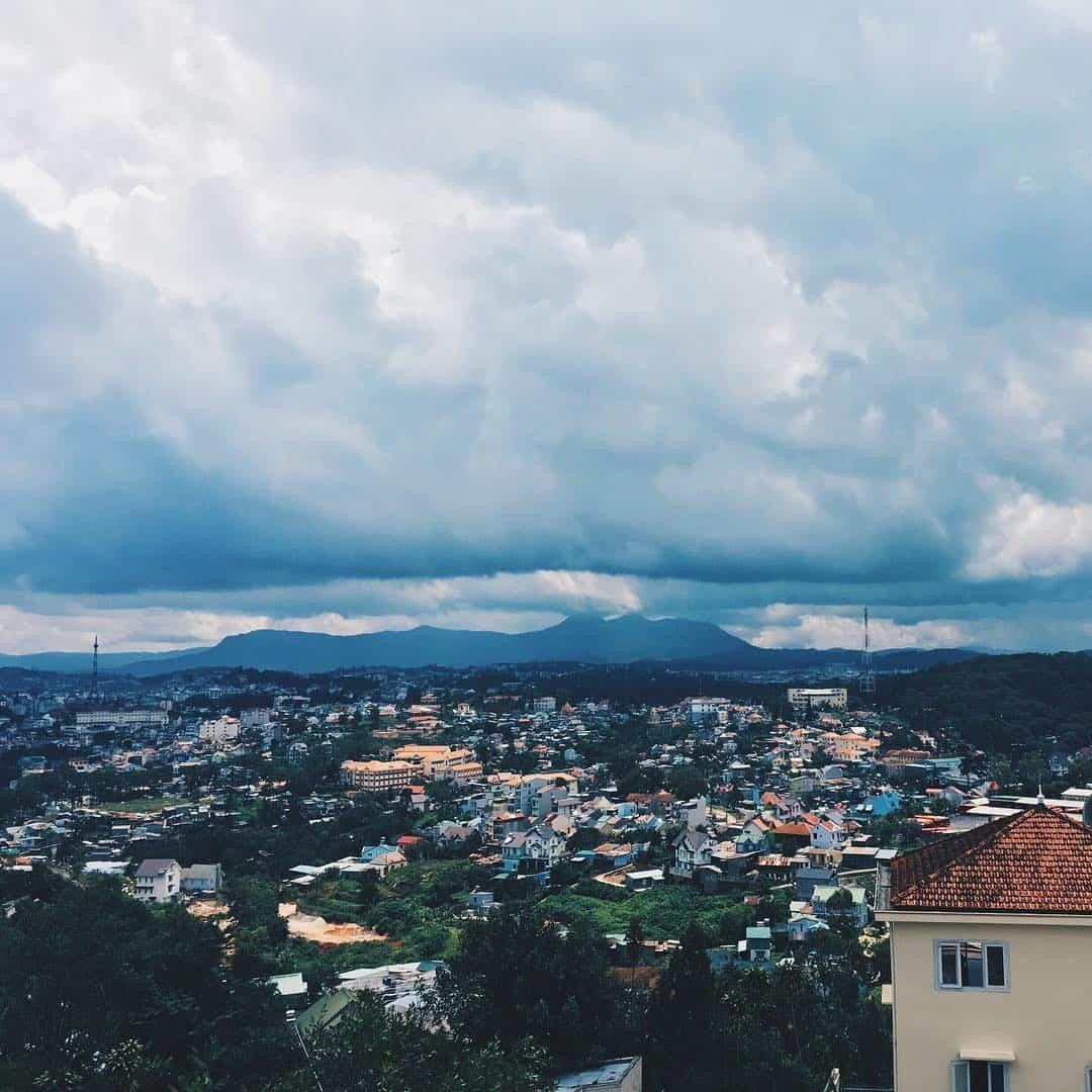 Một góc nhìn thành phố từ phía đồi Robin