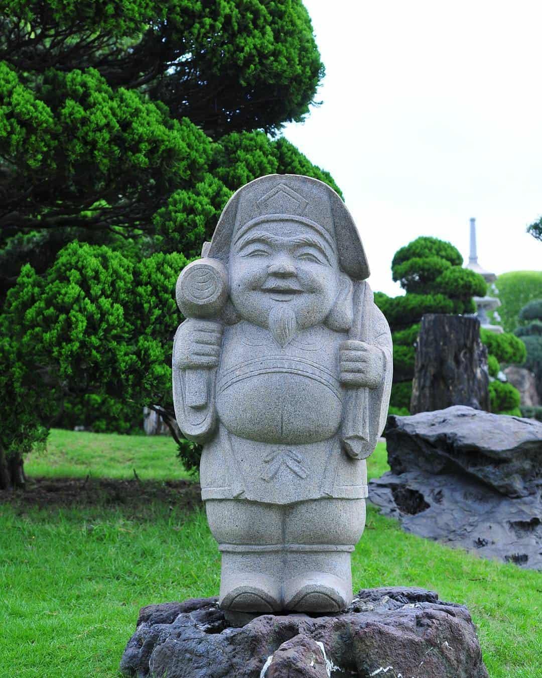 Các em nhỏ chắc chắn sẽ vô cùng thích thú khi đến công viên cá Koi Rin Rin Park vườn Nhật Bản