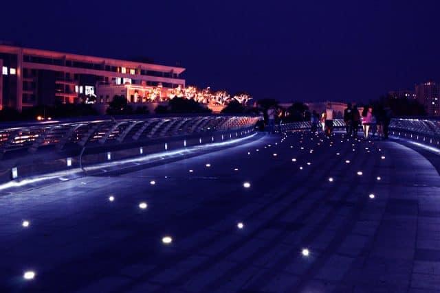 Thân cầu được được lắp đặt hệ thống đèn LED hắt ngược lên trên như những ngôi sao.