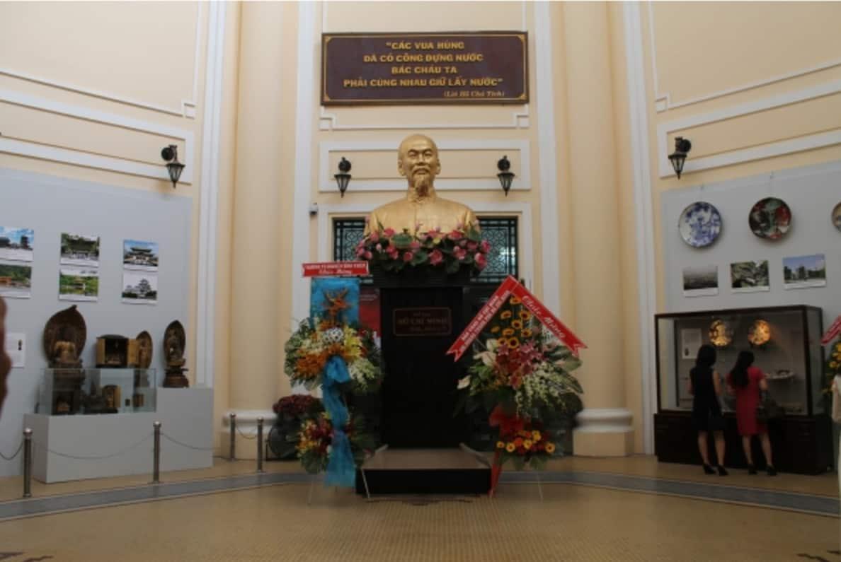 Tượng Chủ tịch Hồ Chí Minh bên trong bảo tàng