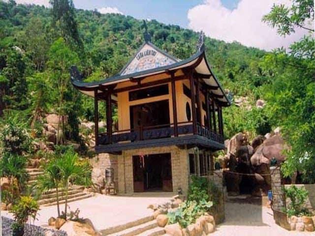 Chùa Liên Trì nằm gọn xinh bên dưới chân núi