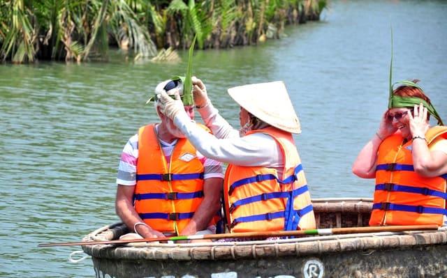 Các vị khách nước ngoài rất thích thú với món quà lưu niệm rừng rừa bảy mẫu hội an (Ảnh: ST).