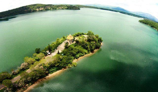 Hồ T'Nưng trong xanh bát ngát (Ảnh ST)