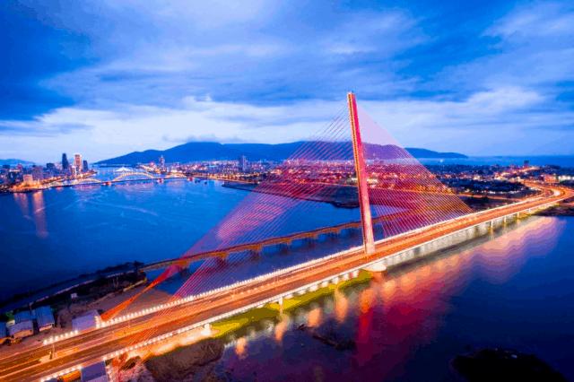 Cầu Trần Thị Lý đẹp lung linh giữa sông Hàn