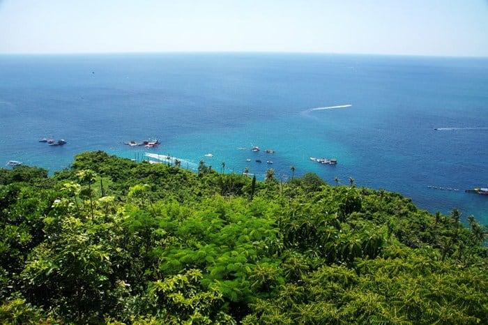 Cù Lao Xanh nằm nổi bật giữa biển trời Quy Nhơn với màu xanh mát của cây cối (Ảnh sưu tầm)