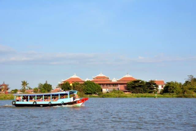 Chùa Châu Đốc 3 tọa lạc trên cù lao Long Bình giữa sông Đồng Nai