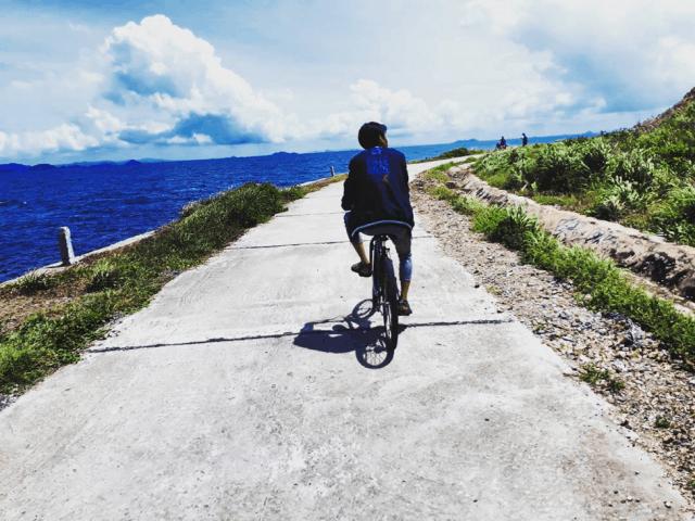 Ngoài ra bạn cũng có thể thuê xe đẹp để đi trên con đường xung quanh đảo Hà Tiên