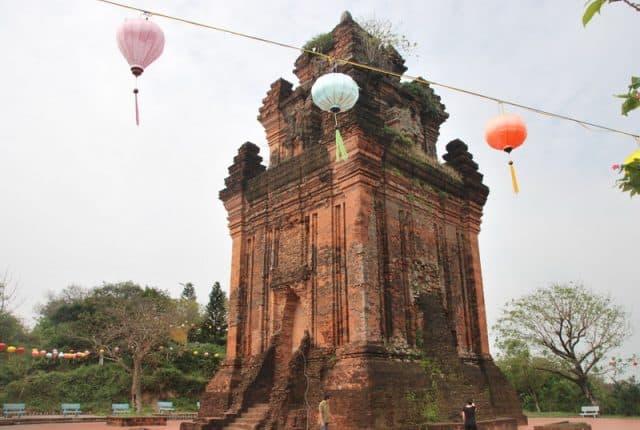Tháp Nhạn được trang trí đầy màu sắc ngày lễ tết