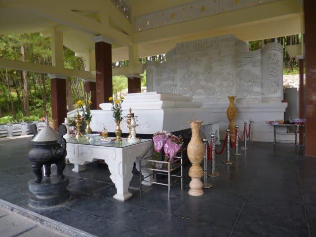 Khu mộ bà Hoàng Thị Loan thuộc làng Kim Liên