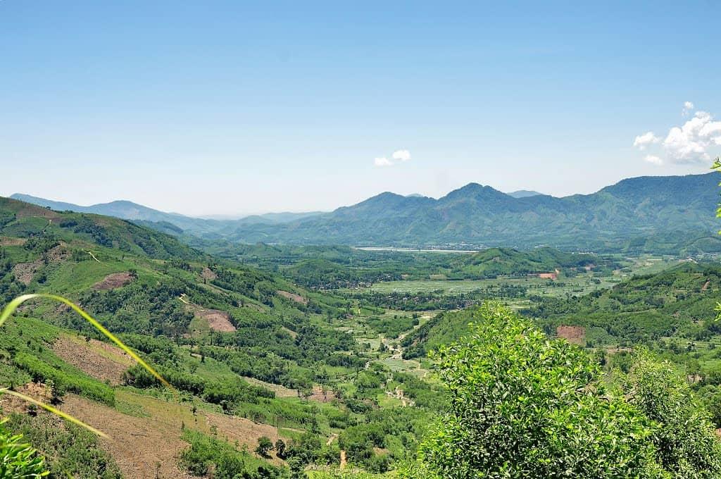 Khung cảnh từ đèo Long Môn nhìn xuống (Ảnh: ST)