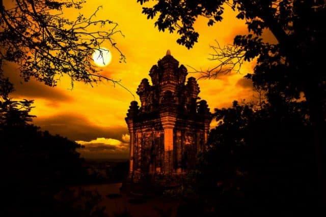 Tháp Nhạn lãng mạn về đêm