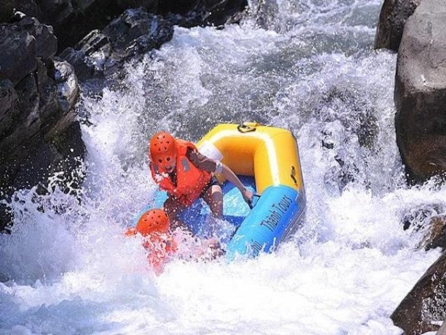 Trượt thác nước ở Hòa Phú Thành 01