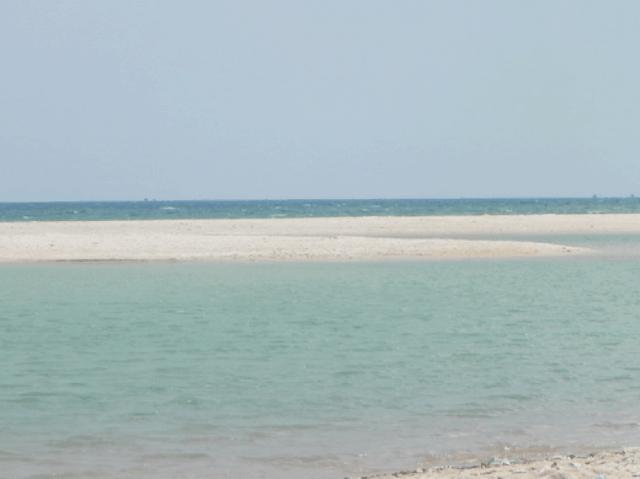 Triền cát trắng ngăn cách cửa sông và biển Suối Ồ