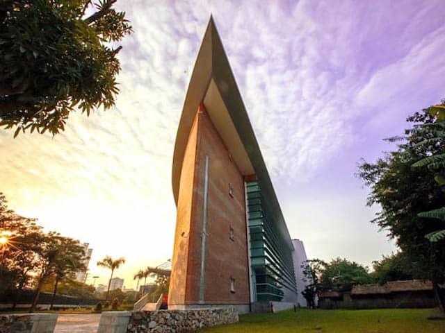 Nhìn từ xa, du khách sẽ nhận thấy khu trưng bày được xây dựng theo hình cánh diều