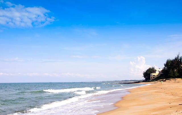 Bờ biển thoai thoải ở Cửa Tùng