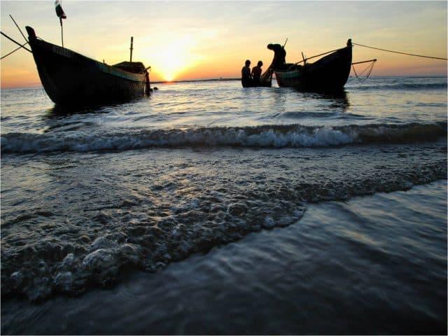 Những chiếc thuyền chở đầy hải sản ở biển Thuận An