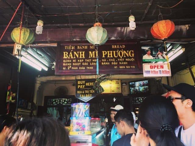 Du khách đứng xếp hàng mua bánh mì Đà Nẵng cô Phượng