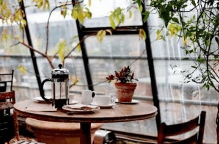 Uống cà phê và thưởng thức vẻ đẹp của Sài Gòn trong cơn mưa (Ảnh ST)