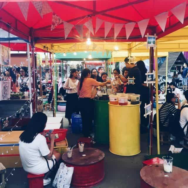 Các gian hàng phục vụ ăn uống tại chợ phiên Đà Nẵng