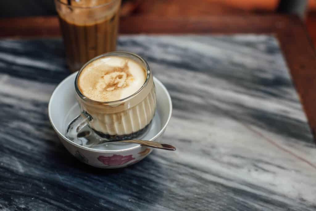 Cafe trứng được đặt trong bát nước nóng để giữ nhiệt