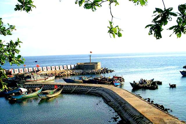 Cảng cá tấp nập tàu thuyền ở đảo Cồn Cỏ