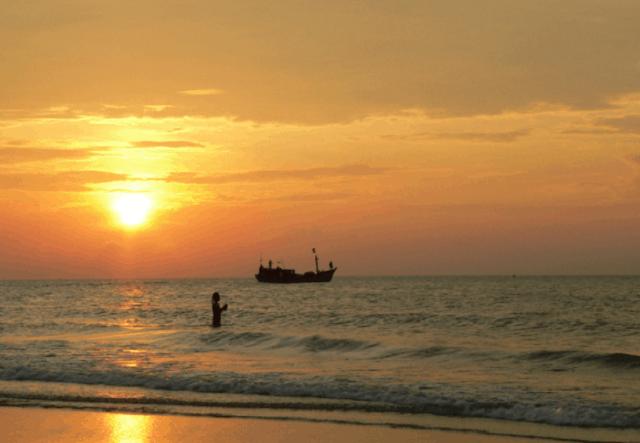 Khung cảnh bãi biển Vọng Nguyệt lúc hoàng hôn